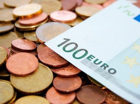 Euro Münzen und 100€ Schein
